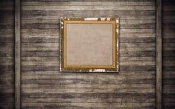 Παλαιό ξύλινο πλαίσιο εικόνων στον ξύλινο τοίχο Στοκ Φωτογραφίες