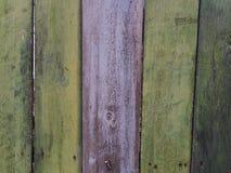 Παλαιό ξύλινο πράσινο και πορφυρό υπόβαθρο χρώματος, ξύλινη στάση πινάκων εδώ κοντά Στοκ φωτογραφία με δικαίωμα ελεύθερης χρήσης