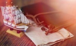 Παλαιό ξύλινο σκάφος με το παιχνίδι πανιών και ιστών σε μια στάση Τρύγος και Στοκ Φωτογραφία