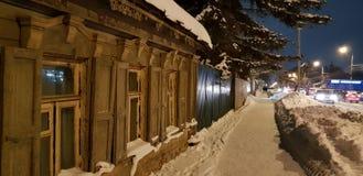 Παλαιό ξύλινο σπίτι ένας-ιστορίας στην οδό το χειμώνα στοκ εικόνες με δικαίωμα ελεύθερης χρήσης