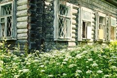 Παλαιό ξύλινο σπίτι κούτσουρων στο ρωσικό χωριό στοκ φωτογραφίες