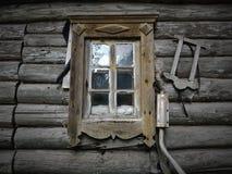 Παλαιό ξύλινο σπίτι με το παράθυρο στοκ φωτογραφία με δικαίωμα ελεύθερης χρήσης