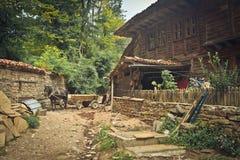 Παλαιό ξύλινο σπίτι με το προαύλιο στο χωριό Zheravna bulblet Στοκ Φωτογραφία