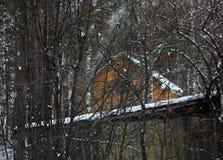 Παλαιό ξύλινο σπίτι σε ένα χιονώδες χειμερινό δάσος Στοκ φωτογραφίες με δικαίωμα ελεύθερης χρήσης