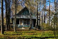 Παλαιό ξύλινο σπίτι στο δάσος στοκ φωτογραφία