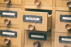 Παλαιό ξύλινο συρτάρι καταλόγων αρχείων αρχείων, κορυφή - μυστικά αρχεία στοκ φωτογραφία με δικαίωμα ελεύθερης χρήσης