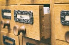 Παλαιό ξύλινο συρτάρι καταλόγων αρχείων αρχείων Στοκ Εικόνες