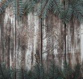 Παλαιό ξύλινο υπόβαθρο σύστασης με τους κλάδους έλατου στις άκρες Στοκ φωτογραφία με δικαίωμα ελεύθερης χρήσης