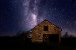Παλαιό ξύλινο υπόστεγο κάτω από τα αστέρια νύχτας στοκ εικόνες