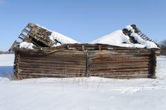 Παλαιό ξύλινο υπόστεγο με τη σπασμένη στέγη στοκ φωτογραφία με δικαίωμα ελεύθερης χρήσης