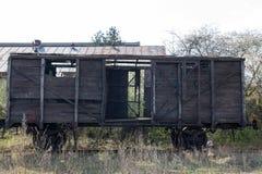 Παλαιό ξύλινο boxcar στις ράγες στο υπόβαθρο του μπλε ουρανού στοκ εικόνες με δικαίωμα ελεύθερης χρήσης