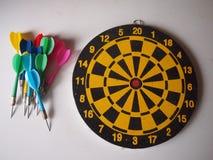 Παλαιό ξύλινο dartboard με τα βέλη στοκ φωτογραφίες με δικαίωμα ελεύθερης χρήσης
