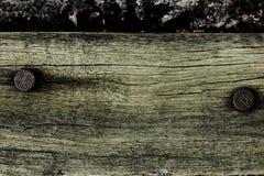 Παλαιό ξύλο με τα καρφιά στη σκουριά στοκ εικόνα