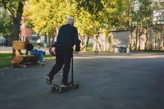 Παλαιό οδηγώντας μηχανικό δίκυκλο ατόμων υπαίθρια Στοκ εικόνα με δικαίωμα ελεύθερης χρήσης