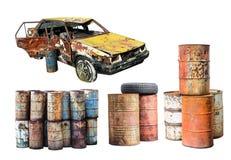 Παλαιό οξυδωμένο αυτοκίνητο και βαρέλι πετρελαίου μετάλλων σκουριάς που απομονώνονται στο W Στοκ Φωτογραφία