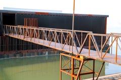 Παλαιό οξυδωμένο σίδηρος σύνολο γεφυρών πακτώνων στον ποταμό Στοκ φωτογραφίες με δικαίωμα ελεύθερης χρήσης