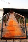 Παλαιό οξυδωμένο σίδηρος σύνολο γεφυρών πακτώνων στον ποταμό Στοκ εικόνα με δικαίωμα ελεύθερης χρήσης