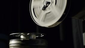 Παλαιό παιχνίδι προβολέων ταινιών στη νύχτα Κινηματογράφηση σε πρώτο πλάνο ενός εξελίκτρου με μια ταινία Η ταινία έχει τρέξει από απόθεμα βίντεο