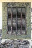 Παλαιό παράθυρο με τα ξύλινα παραθυρόφυλλα ενάντια σε έναν παλαιό τοίχο Στοκ Φωτογραφίες