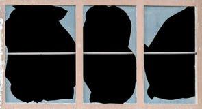 Παλαιό παράθυρο με τα σπασμένα πλακάκια του γυαλιού στοκ εικόνες