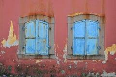 Παλαιό παράθυρο στον τοίχο στοκ φωτογραφία με δικαίωμα ελεύθερης χρήσης