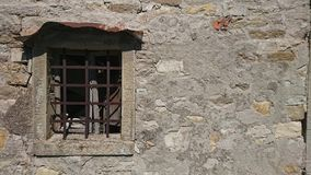 Παλαιό παράθυρο στον τοίχο πετρών στοκ εικόνες