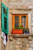 Παλαιό παράθυρο στον παλαιό τοίχο πετρών με τα λουλούδια Στοκ φωτογραφίες με δικαίωμα ελεύθερης χρήσης
