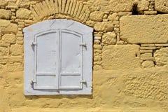 Παλαιό παράθυρο στον τοίχο στοκ εικόνα με δικαίωμα ελεύθερης χρήσης