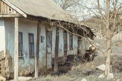 Παλαιό παραδοσιακό σπίτι Abanoned στο ουκρανικό χωριό Κλιμένοι τοίχοι, αγροτική ερήμωση o στοκ φωτογραφία με δικαίωμα ελεύθερης χρήσης