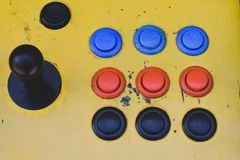 Παλαιό πηδάλιο και ζωηρόχρωμα κουμπιά ενός μηχανήματος τυχερών παιχνιδιών με κέρματα στοκ φωτογραφίες