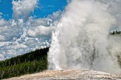 Παλαιό πιστό geyser εκρήγνυται σε ένα σύννεφο του ατμού στοκ φωτογραφία με δικαίωμα ελεύθερης χρήσης