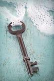 Παλαιό πλήκτρο μετάλλων με τη ρομαντική άσπρη δαντέλλα Στοκ Φωτογραφίες