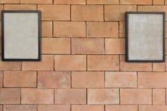 Παλαιό πλαίσιο δύο της εικόνας στο καφετί brickwall Στοκ εικόνα με δικαίωμα ελεύθερης χρήσης
