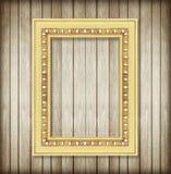 Παλαιό πλαίσιο εικόνων στον ξύλινο τοίχο Κενό πλαίσιο εικόνων Στοκ φωτογραφία με δικαίωμα ελεύθερης χρήσης