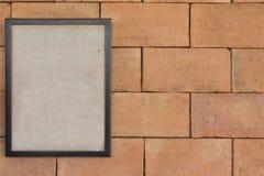 Παλαιό πλαίσιο της εικόνας στο καφετί brickwall Στοκ Εικόνα