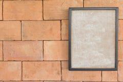 Παλαιό πλαίσιο της εικόνας στο καφετί brickwall Στοκ Φωτογραφία