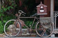 Παλαιό ποδήλατο & παλαιό κιβώτιο επιστολών Στοκ Φωτογραφίες