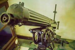 Παλαιό πυροβόλο όπλο Gatling, μια από την πιό γνωστή πρόωρη γρήγορος-πυρκαγιά συμπιεζόμενη δί ελατηρίου Το πυροβόλο όπλο Gatling  Στοκ Εικόνες