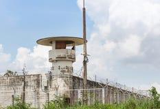 Παλαιό πύργος ή παρατηρητήριο δεσμοφυλάκων με τα συστήματα ασφαλείας οδοντωτά - φράκτης καλωδίων Στοκ Εικόνα