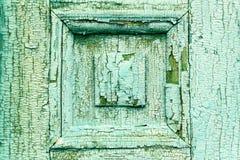 Παλαιό ραγισμένο πράσινο χρώμα παλαιός ξύλινος πορτών Ζημία στο χρώμα Στοκ εικόνα με δικαίωμα ελεύθερης χρήσης
