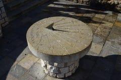 Παλαιό ρολόι ήλιων πετρών λεπτομερώς στοκ εικόνες
