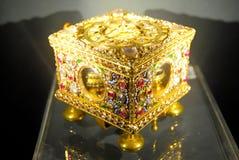 Παλαιό ρολόι που διακοσμείται με το χρυσό, ασήμι, σμάραγδος, ρουμπίνι στοκ εικόνες