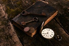 Παλαιό ρολόι τσεπών, παλαιό βιβλίο με τα αρχαία νομίσματα χαλκού Στοκ Εικόνες