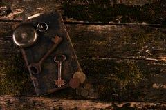 Παλαιό ρολόι τσεπών, παλαιό βιβλίο με τα αρχαία νομίσματα χαλκού Στοκ Εικόνα