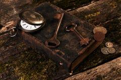 Παλαιό ρολόι τσεπών, παλαιό βιβλίο με τα αρχαία νομίσματα χαλκού Στοκ φωτογραφίες με δικαίωμα ελεύθερης χρήσης