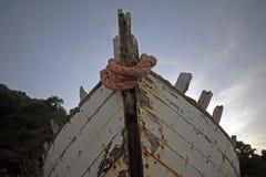 Παλαιό σάπιο ξύλινο σκάφος με την αποφλοίωση χρωμάτων μακριά στοκ φωτογραφία