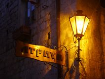 Παλαιό σημάδι οδών κάτω από έναν φωτεινό σηματοδότη τη νύχτα σε Kotor, Μαυροβούνιο Στοκ εικόνα με δικαίωμα ελεύθερης χρήσης