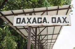 Παλαιό σημάδι στο σταθμό τρένου σε Oaxaca, Μεξικό Στοκ Φωτογραφία