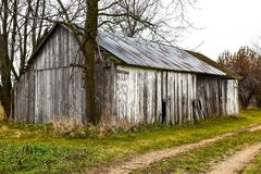 Παλαιό σιταποθήκη ή υπόστεγο με το ξεπερασμένο ξύλο στο αγρόκτημα στοκ φωτογραφία