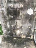 Παλαιό σκαλοπάτι σιδήρου στο βρώμικο τοίχο τσιμέντου Στοκ Εικόνες